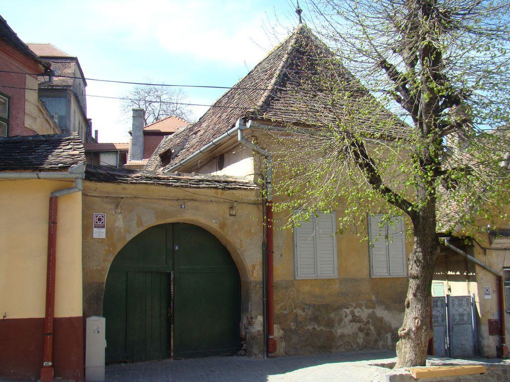 No. 4, Aurarilor Square